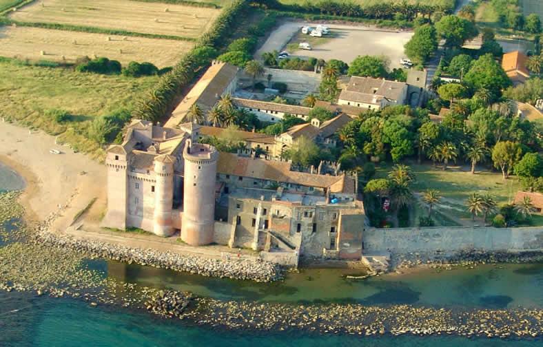 Kasteel aan zee nabij Rome nu hypermoderne herberg voor families