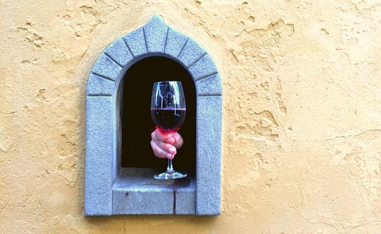 Wijn uit het vensterraam in de wijk Santo Spirito Florence
