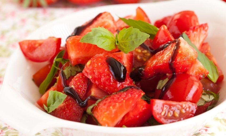Salade van kerstomaten en aardbeien met aceto balsamico