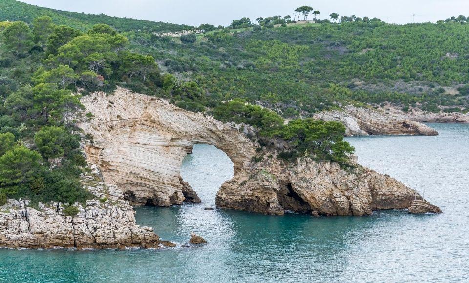 Varen langs de baaien voor de kust van Puglia