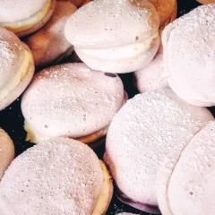 Lavendel koekjes van meringue gevuld met sinaasappel mascarpone