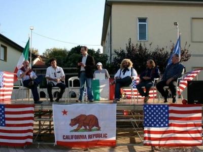 Amerikaanse verkiezingen in California, een dorp aan de Toscaanse kust