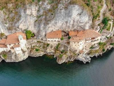 Het wonderlijke klooster van Santa Caterina del Sasso aan het Lago Maggiore