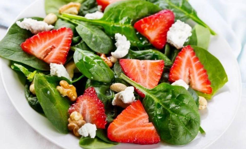 Aardbeien salade met geitenkaas croutons