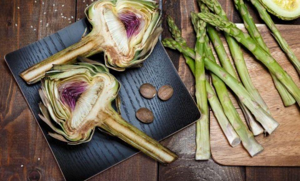 Bistecca con carciofi e asparagi verdi