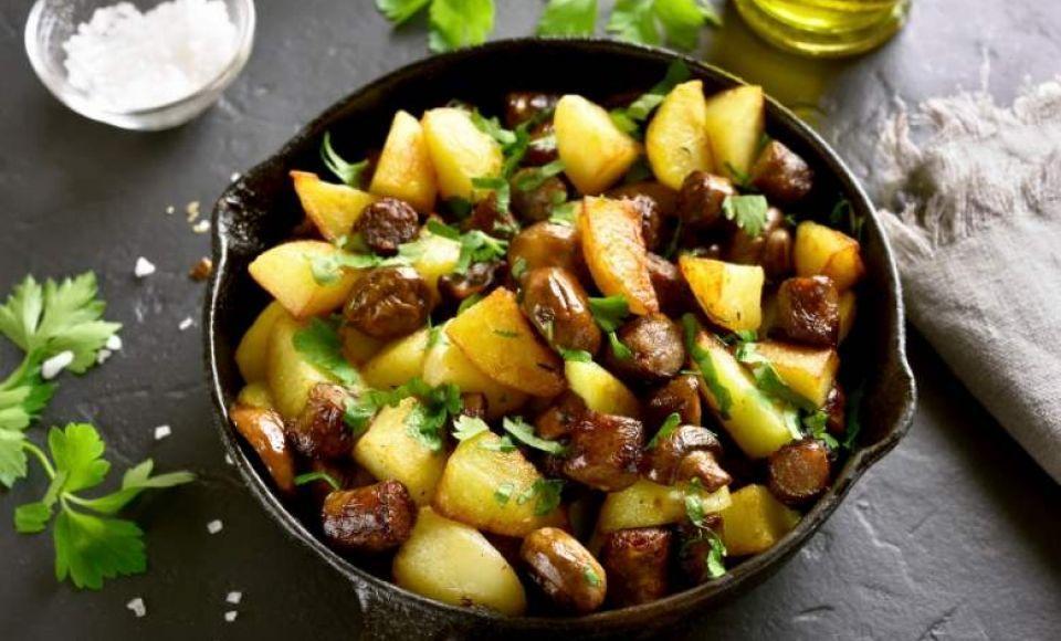Bospaddenstoelen met aardappels