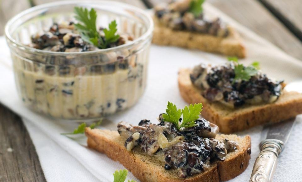 Crostini met groene olijven en Parmezaanse kaas