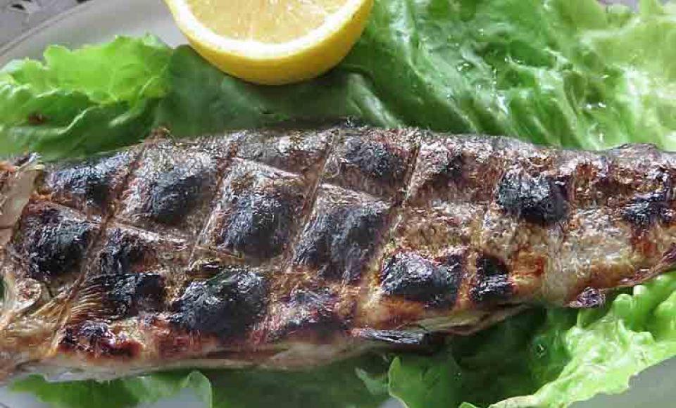 Een rustiek visgerecht met artisjok