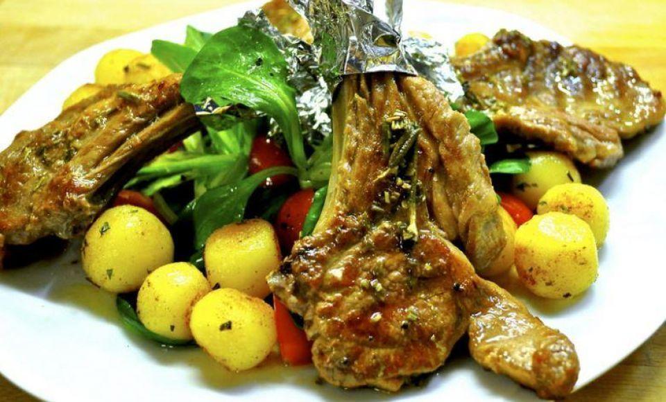 Lamskoteletten met nieuwe aardappels in pancetta   Sardinië