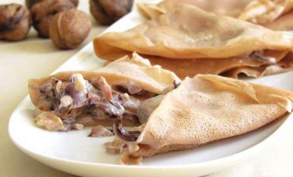 Pannenkoekjes van kastanjemeel gevuld met radicchio