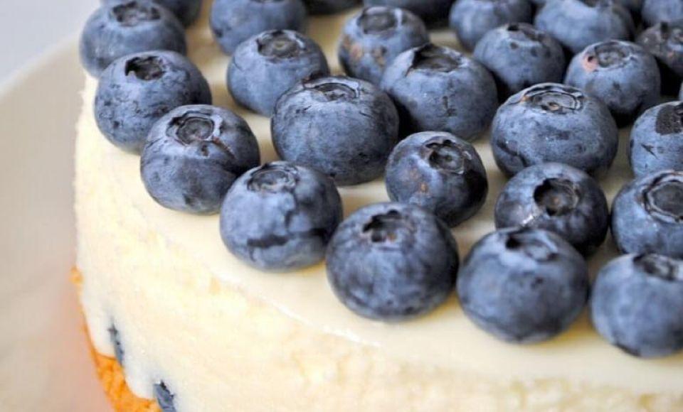 Taart van mascarpone en rode en blauwe bessen
