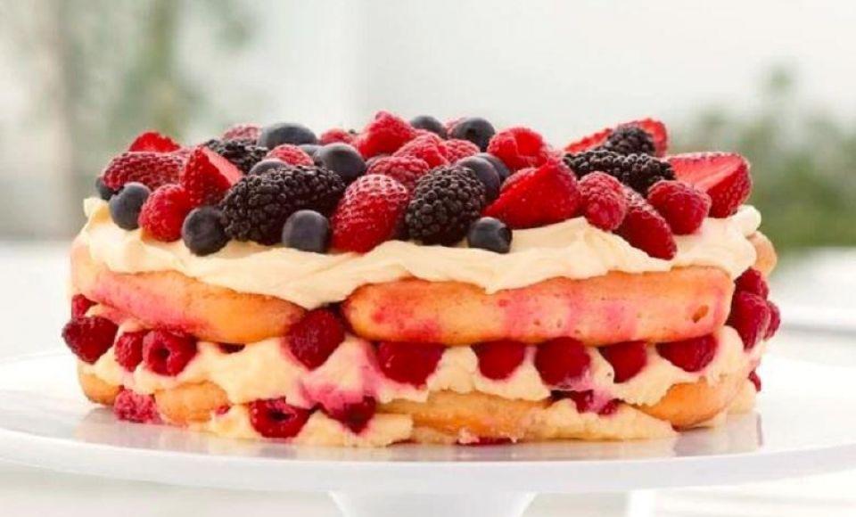 Tiramisù taart met frambozen en bramen