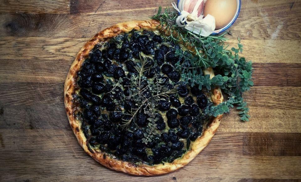 Tarte de Mougins met zwarte olijven