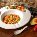 Bouillon met zeewiersalade, zalm, aardbeien en avocado