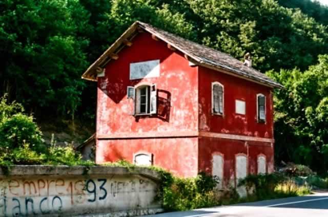 De Case Cantoniere, karakteristieke rode huisjes