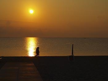 Zonsondergang aan zee in Toscane