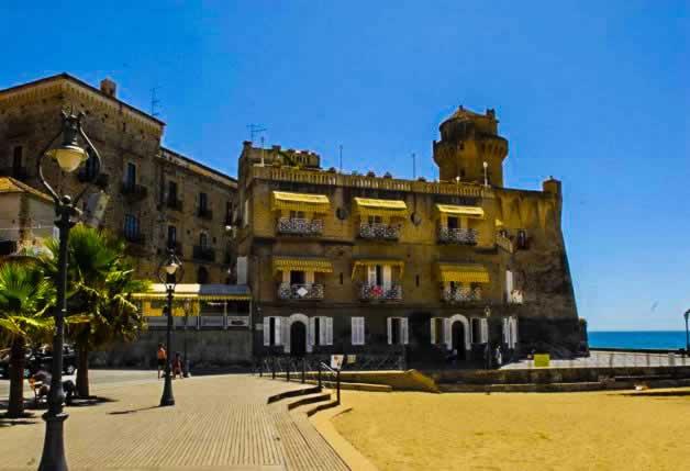 Castellabate, palazzo aan zee in de Cilento