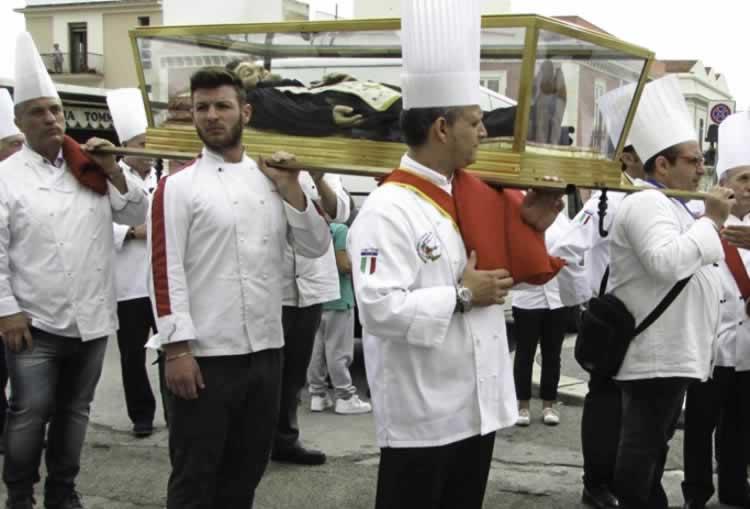 Processie met de beschermheilige van alle chef koks in de wereld