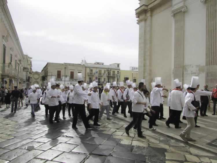 De koks in opleiding nemen deel aan het jaarlijkse feest