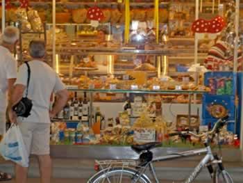 Te veel lekkers om uit te kiezen in de Alimentari op het Piazza Pisacane