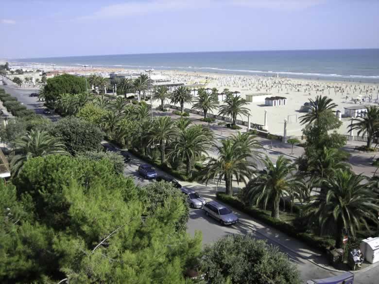 Strand bij Hotel Restaurant Bistro 900 van Giulianova Lido