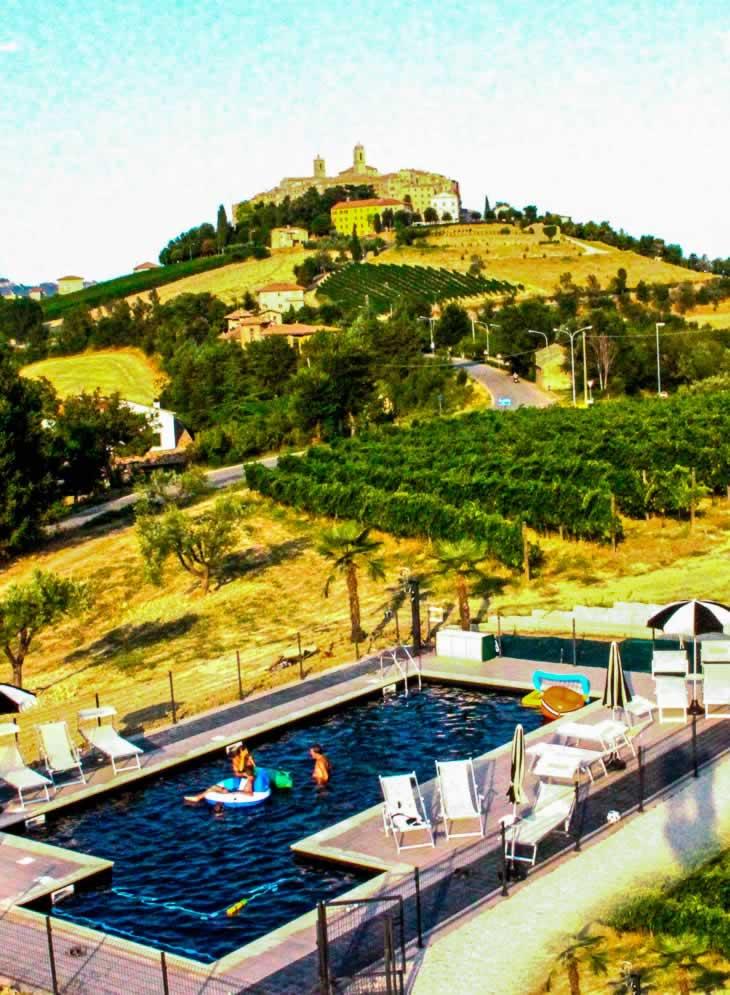 Het zwembad van Cossignano op 1500 meter