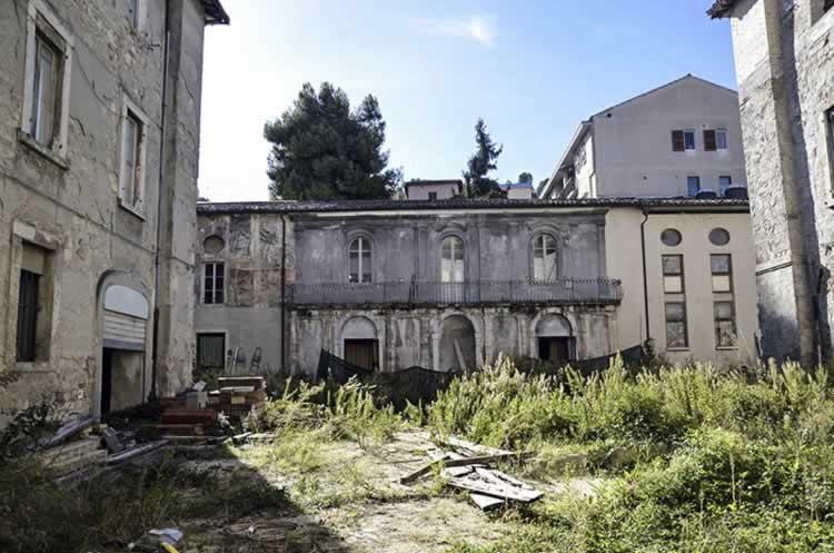 Palazzo Sgariglia voor de restauratie