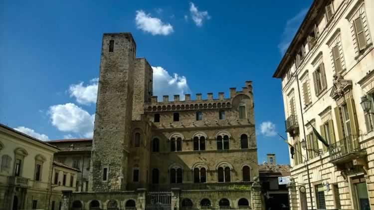 De tweeling torens in Ascoli