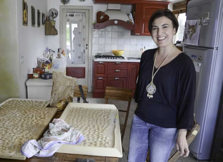 Micaela in haar keuken bij Trulli Terra Magica