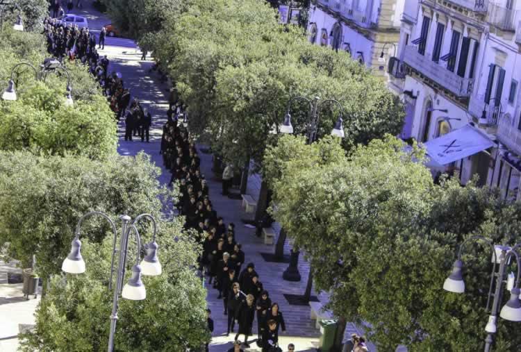 De vrouwen van Martina Franca in een lange stoet