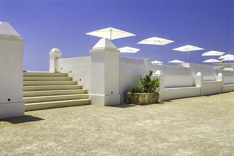 Witte parasols in de heldere zon van Masseria Bagnara