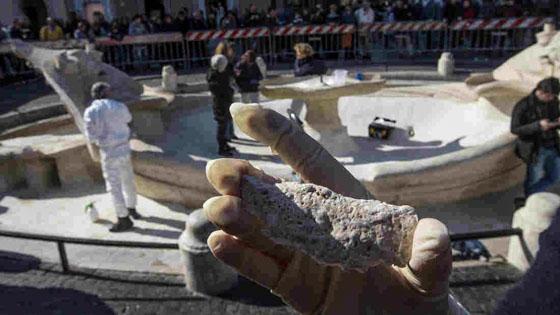 Schade aan de Bernini fontein op het Piazza di Spagna