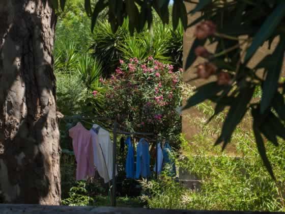 Designer shirts aan de waslijn in Garbatella