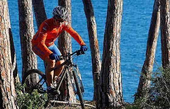 In mountain bike sulla Costa dei Gabbiani