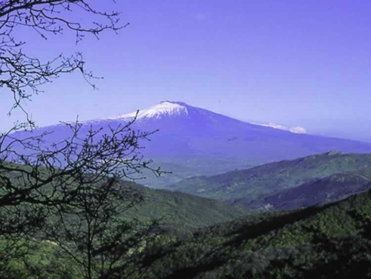 De Etna gezien van het Nebrodi Park