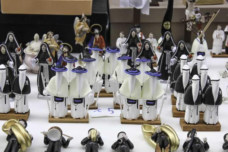 Voor de toeristen de miniatuurtjes van de optocht