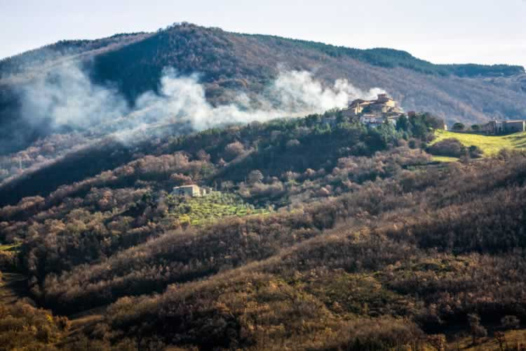Stomende geysers in het Italiaanse landschap