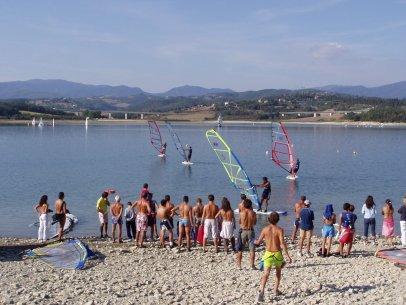 Windsurfen op het meer van Bilancino