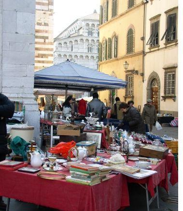 De antiekmarkt in Lucca elk 3de weekend