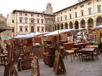 tuscany_arezzo_market_square_wood-350