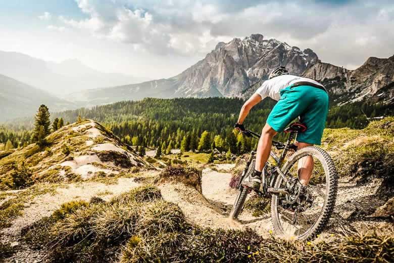 Mountainbiken in de bergen bij Alta Badia