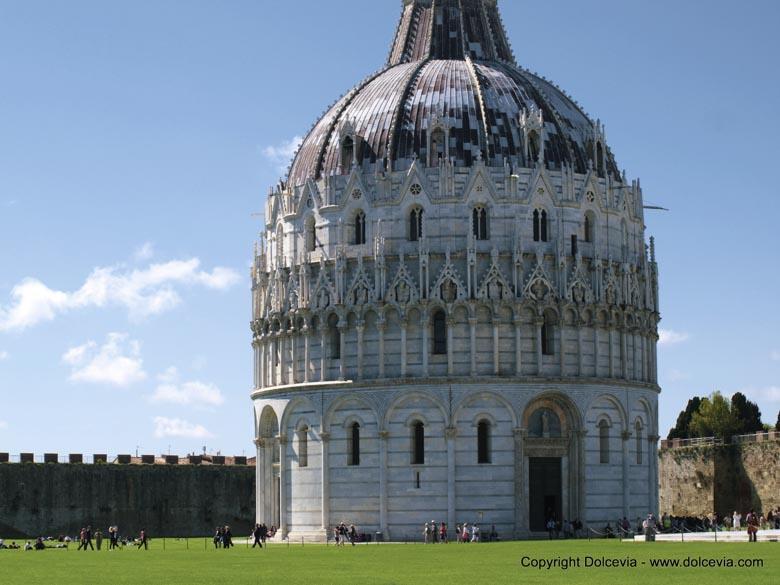 Het Baptisterium of Battistero (doopkapel) is een van de gebouwen op het Piazza dei Miracoli