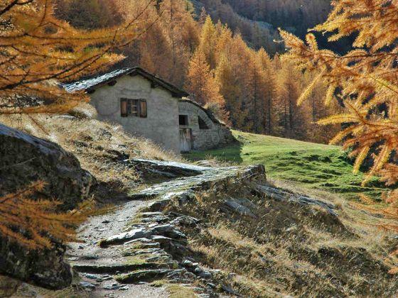 Wandelen in de herfst in de Aosta vallei