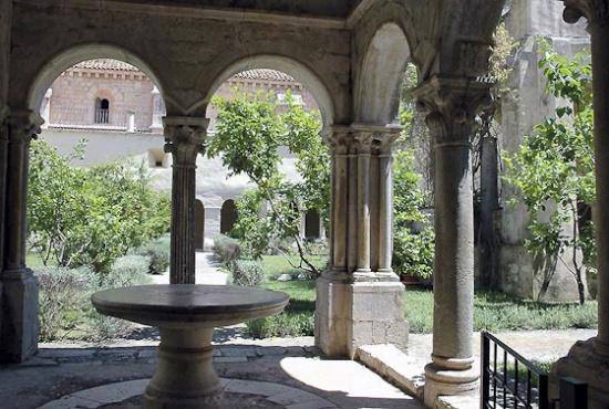 Een kloostertuin in Italie