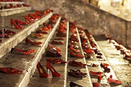 De rode schoenen in San Gimignano