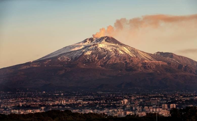 De Etna gezien van boven de stad Catania