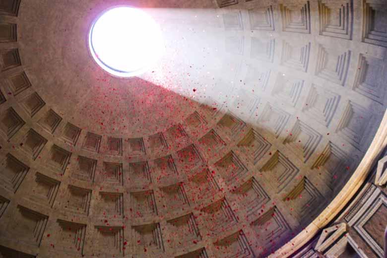 Rozenblaadjes met Pinksteren in het Pantheon