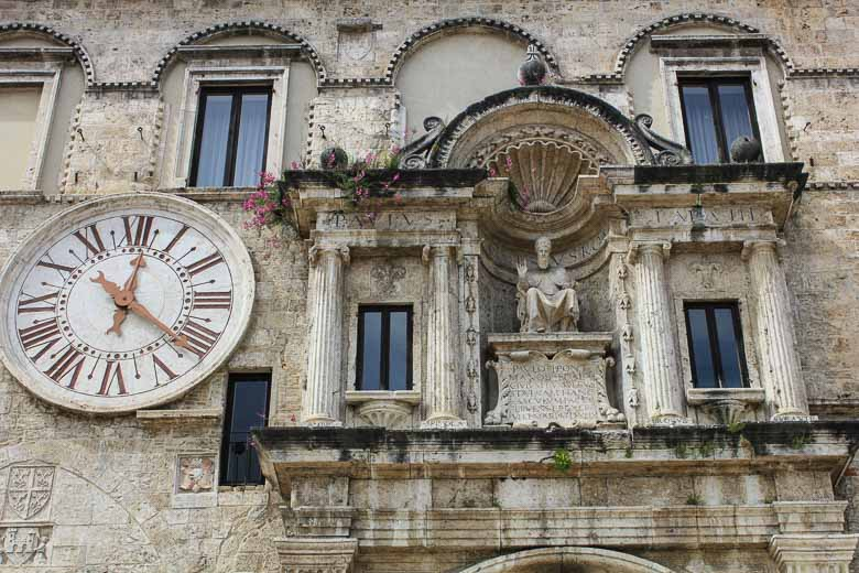 Ascoli Piceno, stad in Marche van 100 middeleeuwse torens, olijven en travertin
