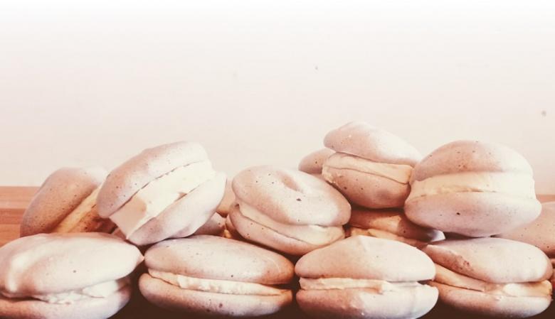 Italiaanse macarons gevuld met mascarpone