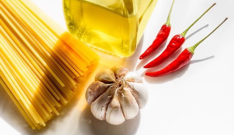 Spaghetti Aglio, Olio e Peperoncino - met olie, knoflook en rode pepers